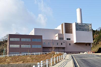 建設が進むやまと広域環境衛生事務組合のごみ焼却場=2017年1月4日、御所市栗阪